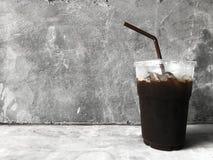 Café noir de glace sur le fond de ciment image libre de droits