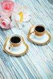 Café noir et fleurs de tasse Photos libres de droits