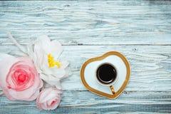 Café noir et fleurs de tasse Image stock