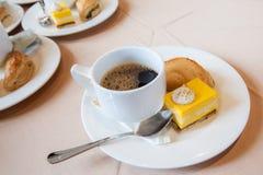 Café noir et gâteau dans la pause-café Image libre de droits