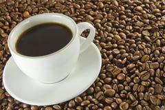 Café noir et haricots Photographie stock