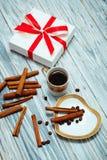 Café noir et présent de tasse Image stock