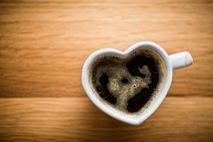 Café noir, expresso dans la tasse en forme de coeur Amour, Saint-Valentin, vintage photographie stock libre de droits