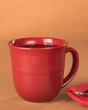 Café noir fraîchement versé dans une tasse rouge photo libre de droits