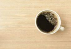 Café noir frais sur un Tableau en bois Image stock