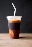 Café noir glacé d'Americano sur la table Photos libres de droits