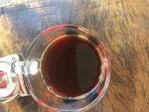 Café noir sur la table en bois Photographie stock