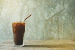 Café noir sur la table en bois Photo stock