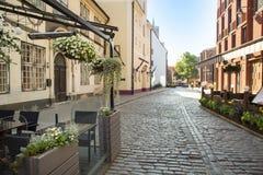 Café non ouvert pendant le matin dans la vieille ville européenne Images stock