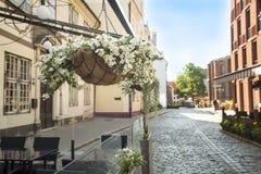 Café non ouvert pendant le matin dans la vieille ville européenne Photos stock