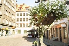 Café non ouvert pendant le matin dans la vieille ville européenne Photo stock