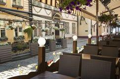 Café non ouvert pendant le matin dans la vieille ville européenne Photos libres de droits