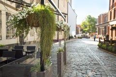 Café non ouvert pendant le matin dans la vieille ville européenne Image stock