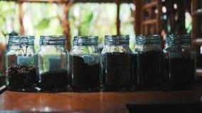 Café nos frascos de vidro video estoque