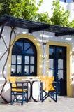 Café o taverna u hotel que fija las islas griegas Fotos de archivo libres de regalías