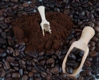 Café oscuro asado de las habas y café molido del polvo Imágenes de archivo libres de regalías