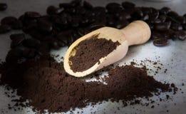 Café oscuro asado de las habas y café molido del polvo Foto de archivo