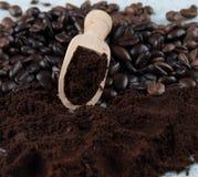 Café oscuro asado de las habas y café molido del polvo Foto de archivo libre de regalías