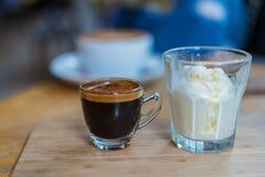 Café ou expresso d'Affogato avec la crème glacée sur la texture en bois et le fond brouillé Photo stock