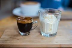 Café ou expresso d'Affogato avec la glace sur la texture en bois Images libres de droits