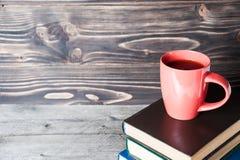 Café ou thé chaud, cacao, tasse de chocolat sur le livre avec l'espace de copie pour le texte Photos stock