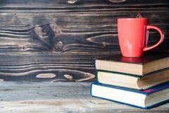 Café ou thé chaud, cacao, tasse de chocolat sur le livre avec l'espace de copie pour le texte Image libre de droits
