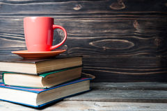 Café ou thé chaud, cacao, tasse de chocolat sur le livre avec l'espace de copie pour le texte Images stock
