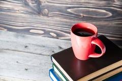 Café ou thé chaud, cacao, tasse de chocolat sur le livre avec l'espace de copie pour le texte Image stock