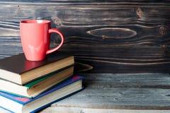 Café ou thé chaud, cacao, tasse de chocolat sur le livre avec l'espace de copie pour le texte Photo stock