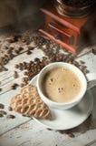 Café, pão-de-espécie e moedor retro velho do moinho foto de stock royalty free