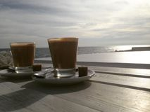 Café par la mer Méditerranée - Photo libre de droits