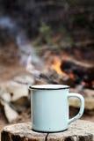 Café par un feu de camp photographie stock