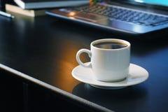 Café para o trabalho com fundo do portátil Foto de Stock