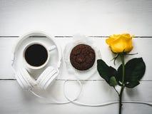 Café parfumé, biscuits, rose frais et écouteurs Images stock