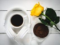 Café parfumé, biscuits, rose frais et écouteurs Photographie stock