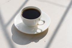 Caf? parfum? dans une tasse blanche sur la nature photo stock