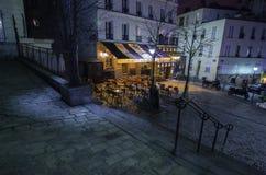 Café parisien de montmartre la nuit image libre de droits