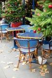 Café parisiense adornado para la Navidad Imagenes de archivo