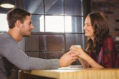 Café parlant et potable de couples de sourire Image stock