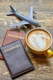 Café, passeports et avion de jouet Image stock