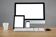 Café, PC de bureau, comprimé numérique et smartphone sur la table Photographie stock