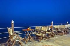 Café pelo mar na noite Imagem de Stock Royalty Free