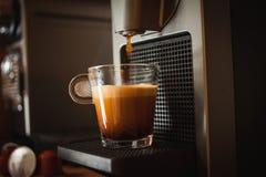 Café perfumado da manhã com máquina do café imagem de stock