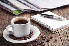 Café, periódico, libreta y pluma Foto de archivo libre de regalías