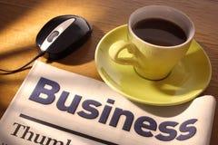 Café, periódico y ratón en el escritorio Imágenes de archivo libres de regalías