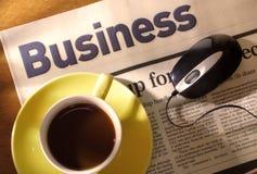 Café, periódico y ratón en el escritorio Fotos de archivo