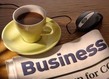 Café, periódico y ratón en el escritorio Fotos de archivo libres de regalías
