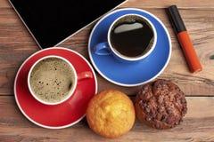 Café perto dos queques na madeira fotografia de stock