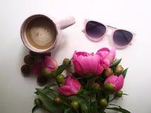 Café, pivoines et lunettes de soleil sur un fond blanc, pause-café d'été, bouquet des fleurs image stock