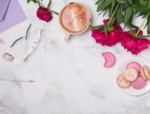 Café, pivoines roses, et macarons sur le fond de marbre Image libre de droits